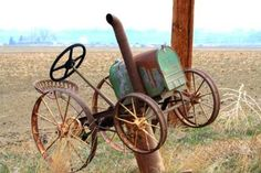 Tractor made from metal scrap. Metal Projects, Welding Projects, Metal Crafts, Horseshoe Projects, Art Projects, Metal Yard Art, Scrap Metal Art, Country Mailbox, Post Bus