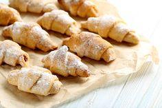 Cornulete cu untură, simple si fragede de se topesc in gură • Gustoase.net Slovenian Food, Macaroons, Pretzel Bites, Biscuits, Gem, Sweets, Bread, Homemade, Cookies