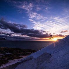 Stalefish into the ocean. Icelandic kicker session at the beach // rider: Chris Schnabel, photo: Florian Albert