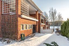Pihalta on järvinäkymä Lippajärvelle. Home Fashion, Garage Doors, Cabin, House Styles, Outdoor Decor, Home Decor, Cabins, Cottage, Interior Design