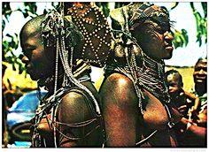 Muila , Angola . 60's postcard . Afrique - ANGOLA - Belezas Costumes de Angola (Jeunes Femmes seins nus) images-01.delcamp...