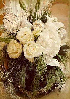 Happy New Year's Eve flowers New Years Wedding, New Years Eve Weddings, New Years Eve Party, Christmas Arrangements, Floral Arrangements, Flower Arrangement, Table Arrangements, Theme Nouvel An, Happy New Year Friends