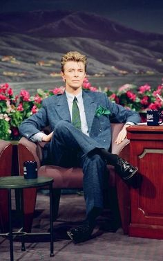 """David Bowie as musical guest on Jay Leno Show to promote """"Black Tie White Noise"""". May 10 Glam Rock, Freddie Mercury, Black Tie White Noise, David Bowie Ziggy, David Bowie Meme, The Thin White Duke, Pretty Star, Major Tom, Ziggy Stardust"""