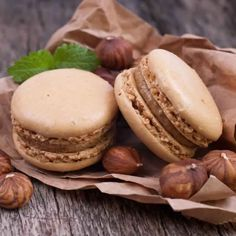 Hazelnut chocolate macaroons Source by cassandraorgaer Chocolate Macaroons, French Macaroons, Macarons, Hazelnut Cake, Chocolate Hazelnut, No Cook Desserts, Bakery Recipes, French Pastries, Eat Dessert First