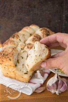 Dziś przepis na najlepszy w świecie chlebek czosnkowy :) Uwielbiam upiec taki chlebek, szczególnie gdy wieczorem mają przyjść znajomi, jest świetną przekąską do piwka. Wystarczy oderwać k...