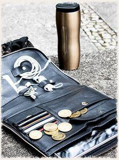 Porta tablet com espaço para cabos, cartões e dinheiro