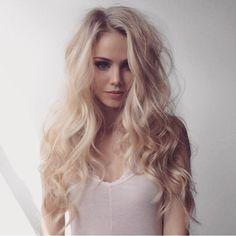 Scarlett's Blonde locks// curls