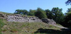 """Gamleborg på Bornholm: """"Ruinen Gamleborg i Almindingen er kongens ældste borg på Bornholm."""""""