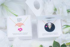 Kolekcja Ślubna firmy KARO BIJOU LINE stworzona została z myślą o bardzo istotnych szczegółach przedstawiających całość jako wyjątkowy prezent na wyjątkową okazję. Oferta biżuterii wzbogacona została o eleganckie fakturowane okładki z wykrojonym okienkiem. Całość sprawia iż pre...
