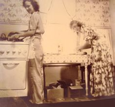 rural kitchen by RENA: Sisters cooking together made the work more fun…particularly with their loved-ones waiting for the results of their cooking! Note: Linoleum floor, packaged flour, low kitchen table being used as a work table. 1940s Kitchen, Country Kitchen, Vintage Kitchen, Country Living, Vintage Housewife, Linoleum Flooring, Vintage Room, Old Recipes, Homemaking