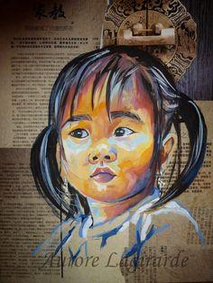 Portrait de voyage en Chine. Petite fille, peinture sur journal