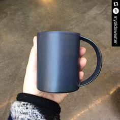 ☺️☺️☺️ #Repost @myoldsweater with @repostapp. ・・・ 소중한 인연에게 선물하는 지승민의 공기 인디고 머그. 제가 가장 좋아하는 컬러에요 :D  #지승민의공기 #jiandgonggi #도자기 #그릇 #디자인 #공예 #ceramics #pottery #design #craft