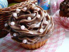 Cupcakes sú na prvý pohľad muffiny ozdobené najčastejšie krémom. Rozdiel je ale hlavne v ceste. Muffiny sú úplne jednoduchú koláčiky a cupcakes malé piškótky... na muffiny vám stačí metlička na cucakes je lepšie vytiahnuť mixér... http://ovarenizivoteatak.blogspot.sk/2013/07/capcakes.html#more
