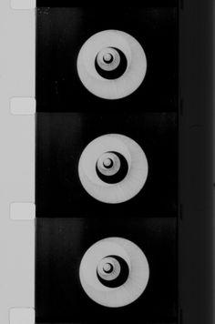 Marcel Duchamp, Anémic cinéma, 1925, Film cinématographique 35 mm noir et blanc, muet, (Assistance technique : Man Ray et Marc Allégret)   Le film alterne dix disques optiques réalisés en 1923 et neuf contrepétries en spirale Centre Pompidou, Paris.