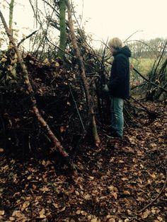 Gerjan is bezig om het af te dekken met wat bladeren en takken voor extra beschutting.