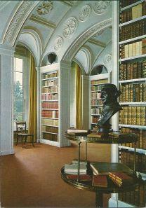 Nog een afbeelding van de boekenzaal in Wimpole Hall, dit deel in 1806 door sir John Soane ontworpen, met een buste van de befaamde acteur en theater-producent David Garrick (1717-1779)