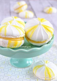 Lemon Meringues - Tips & Advice Meringue Pavlova, Meringue Desserts, Mini Desserts, Meringue Recept, Lemon Meringue Cookies, Lemon Dessert Recipes, Sweet Recipes, Cookie Recipes, Cupcakes