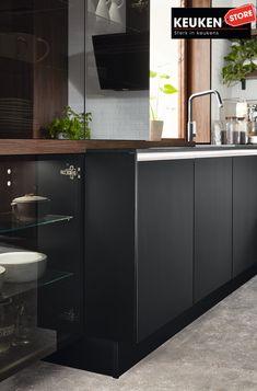 De zwarte keuken is anno 2021 heel populair. Begrijpelijk want zwart is chique, stoer, maar ook modern en industrieel! Kies voor een volledig zwarte keuken, inclusief keukenblad, of maak een mooie combi met bv. hout. Keuze te over! #zwartekeuken #industrielekeuken #modernekeuken #2021 #exlusievekeuken #keuken #keukeninspiratie #luxekeuken #populairekeuken #interieurinspiratie #wooninspiratie #stijlvollekeuken #stoerekeuken #keukenstore Kitchen Island, Kitchen Cabinets, Home Decor, Island Kitchen, Decoration Home, Room Decor, Cabinets, Home Interior Design, Dressers