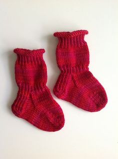 Enjoyable socks for kids, babies, infants and young children. Crochet Baby Socks, Knit Crochet, Baby Knitting Patterns, Baby Patterns, Baby Barn, Knitted Booties, Patterned Socks, Kids Socks, Knitting Socks