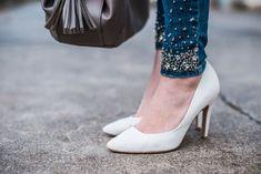 Outfit mit Jeans mit Perlen, bestickte Jeans, embroidered denim with pearls, Strickpullover, weiße Pumps und graue Tasche von Tamaris    OOTD   Outfit of the day   Julies Dresscode Fashion Blog   https://juliesdresscode.de
