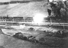 Trains de munitions ont été les objectifs spéciaux pour le U.S. 8th USAAF. Dans cette photo un wagon chargé de munitions est frappé, explose et est consommé dans les flammes si intenses, qu'ils ont brûlé le camouflage du dessous du Bombardier attaquant.