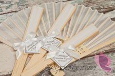 Uczestnicy przyjęcia z pewnością ucieszą się na widok spersonalizowanych upominków w postaci eleganckich wachlarzy z imionami Młodej Pary i datą uroczystości. To nie tylko piękna ozdoba weselnego stołu, ale też wspaniała pamiątka z ceremonii zawarcia związku małżeńskiego. Impreza, Diffuser, Blog, Wedding, Casamento, Blogging, Weddings, Marriage, Loudspeaker Enclosure