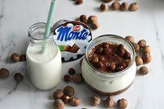 Jak już wiecie, nasze ulubione przepisy są łatwe, zdrowe i tylko z naturalnych składników. Dziś przygotowaliśmy odchudzoną wersję popularnego Monte. Nasz deser ma jednak dużo mniej kalorii, więcej orzechów i naturalnego kakao. Jak zwykle – potrzebujesz kilku minut, sprawnego blendera i paru składników. Składniki (na dwie porcje): – 400g jogurtu greckiego – 5 łyżek naturalnego … Nutella, Panna Cotta, Keto, Pudding, Ethnic Recipes, Food, Smoothie, Puddings, Smoothies