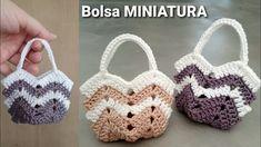 Bolsa de crochê miniatura - MODELO FAMOSO Crochet Messenger Bag, Crochet Wallet, Crochet Keychain Pattern, Crochet Coin Purse, Crochet Mittens, Crochet Doll Pattern, Crochet Patterns Amigurumi, Crochet Bowl, Crochet Art