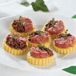 Lenticchie e cotechino si uniscono alla polenta per formare un antipasto gustoso e colorato. Scopri la ricetta di Sale&Pepe.