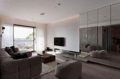 Modernes Wohnzimmer mit Kleiderschrank mit Glastüren