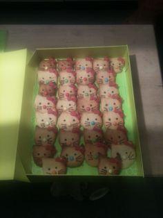 Verjaardagstraktatie 3 jaar - hello Kitty koekjes gebakken