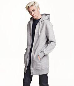 Lang hættetrøje i sweatshirtkvalitet. Den har jerseyforet hætte med snøre og lynlås foran. Sidelommer. Ribkant forneden og ved håndleddene. Børstet inderside.