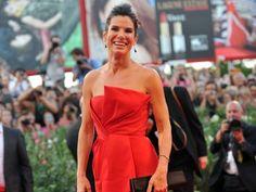 1. Sandra Bullock: 51 millones de dólares  Sandra Bullock ganó 51 millones de dólares en los últimos 12 meses, 17 deslumbrantes millones más que su rival más cercana.