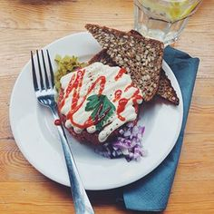 spokojnie! 😳 to nie ketchup, tylko sriracha 😋 a, no i mięcha tutaj też nie ma 🤟🏻 to tylko wegański tatar w @lokal_vegan_bistro ♥️ #vegan #whatveganseat #veganwarsaw #plantbased #cantbelieveitsvegan Sriracha, Pancakes, French Toast, Breakfast, Food, Morning Coffee, Essen, Pancake, Meals