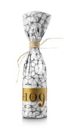 109 months Loxarel Cava by Pere Pagà, via Behance Food Packaging Design, Packaging Design Inspiration, Brand Packaging, Packaging Ideas, Luxury Packaging, Product Packaging, Honey Packaging, Bottle Packaging, Beverage Packaging