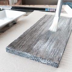 はじめに塗装用筆を使って、木材に水性ニスを塗ります。次にパレットに水性塗料(アースホワイト)を適量出して画筆につけたら、筆についている塗料を毛の先で線が描けるくらいまで少量に調整します。調整できたら水性ニスを塗装した木材に、筆圧を緩くしながら筆の毛の先で線を描くように塗っていきます。塗る回数によってアンティーク感が変わってくるので、お好みで調整してくださいね☆