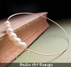 Goldarmband mit weißen Perlen. Perlenschmuck von NadinArtDesign auf DaWanda.com