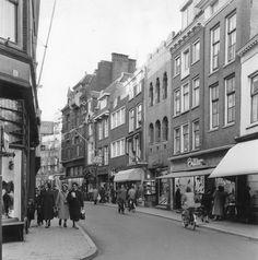 1958. Gezicht op de panden Choorstraat 16 (rechts) -lager te Utrecht.
