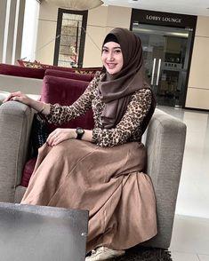 """Mega Gustina di Instagram """"Ingatlah bahwa bersyukur adalah sisi yg paling baik dr keadaan terburuk sekalipun 🔥🔥"""" Moslem Fashion, Hijab Chic, Girl Hijab, High Neck Dress, Dresses, Turtleneck Dress, Vestidos, Muslim Fashion, Dress"""