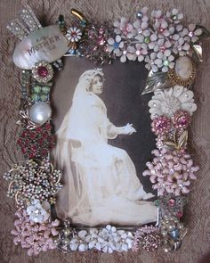 Vintage Jewelry Crafts It would be such a delight to make a frame with her jewelry and have a picture of her in it! Jewelry Frames, Jewelry Tree, Old Jewelry, Jewelry Ideas, Jewelery, Silver Jewelry, Vintage Jewelry Crafts, Vintage Costume Jewelry, Brooch Display