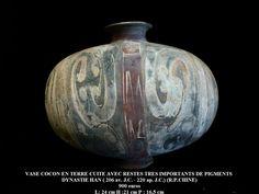 Vase cocon en terre cuite grise avec restes très importants de pigments posés à froid représentant un décor de nuages stylisés. (R. P. CHINE) Dynastie Han (206 av. J.C. 220 ap. J.C.).