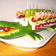 Gurkenkrokodil Cucumber crocodile (recipe with picture) by Crocodile Recipe, Crocodile Party, Brunch, Food Carving, Party Buffet, Snacks Für Party, Food Decoration, Food Humor, Food Design