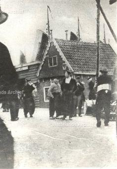 """'De Geschiedenis van de Visafslag"""" door Pé Miuhren  (Uit: 'De Nieuwe Dag- van 27 nov. 1964). ca 1900 #NoordHolland #Volendam"""