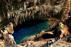 Bonito. A água critalina da Gruta do Lago Azul impressiona. O local também está cercado por estalactites, estalagmites e travertidos