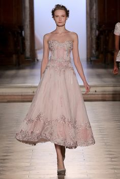 Tony Ward's collections are a tribute to women and their femininity, with the taste and distinctive charm of a timeless style. Elegant Dresses, Pretty Dresses, Couture Fashion, Runway Fashion, Couture Dresses, Fashion Dresses, Debut Gowns, Fairy Dress, Luxury Dress