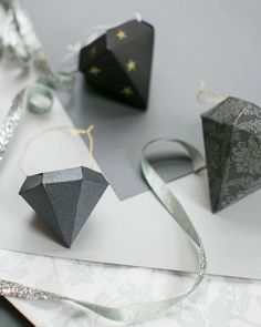 5 FAVES: DIY-Worthy Christmas Ornaments | http://hellonatural.co/easy-diy-christmas-ornaments/