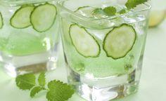 Em um jarro de vidro colocar os ingredientes. Descasque o pepino, o limão e o gengibre. Corte em fatias bem finas. Esmague as folhas de hortelã. Passe tudo para o jarro, e adicione água. Tampe e reserve. Fazer à noite, só consumir no dia seguinte. Beba  todas as vezes que sentir sede ou fome e em horários específicos: meio copo em jejum e 1 copo meia hora antes das refeições principais.