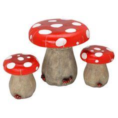 Côté très champêtre pour cet ensemble de table et de 2 tabourets en forme de champignon, pour les enfants qui adorent la nature, les balades dans la forêt et les longues heures passées à ramasser les champignons. Plus vraie que nature, elle est en résine, ce qui lui permet un usage externe. Création La Chaise Longue