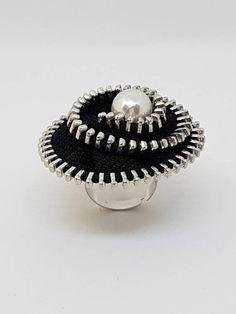 Ring with Black Pearl hinges Diy Zipper Earrings, Diy Flowers, Pearl Jewelry, Hand Sewing, Gemstone Rings, Jewelry Making, Pearls, Gemstones, Trending Outfits