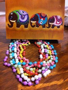 Collar siete hilos piedras mineralizadas colores diáfanos en caja de madera pintada a mano elefantes hindúes